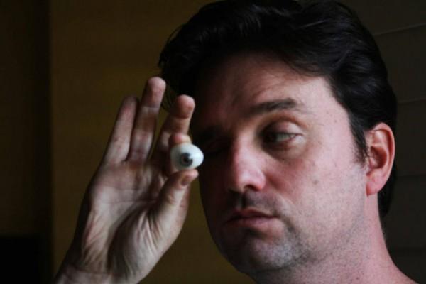 Cineasta substitui um de seus globos oculares por uma pequena câmera