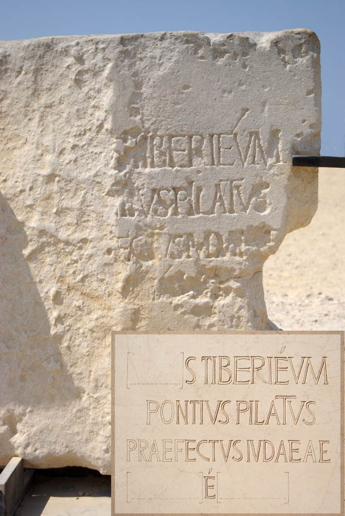 {{en|1=Caesarea maritima, Stone with engravement of the name of Pontius Pilatus 2nd Line: ...vs Pilatvs}} {{de|1=Caesarea maritima, Stein mit dem Namen des Pontius Pilatus 2. Zeile: ...vs Pilatvs}}