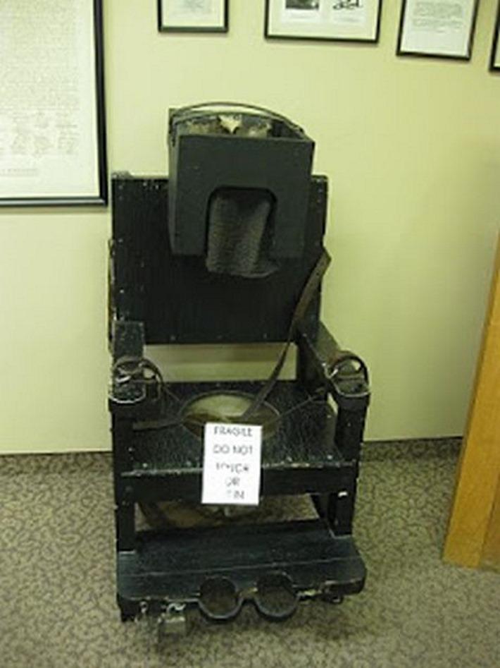 fotos-terriveis-de-hospitais-psiquiatricos_02-cadeira