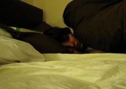 pai-acorda-no-meio-da-noite-e-encontra-filha-no-colo-de-desconhecido