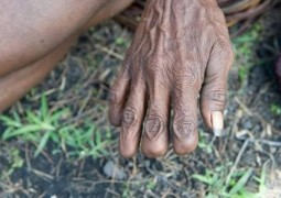 tribo-corta-o-dedo-por-causa-de-luto_02