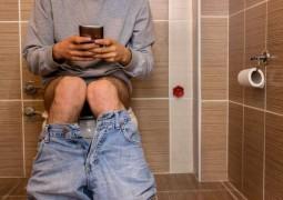 celular-banheiro_01