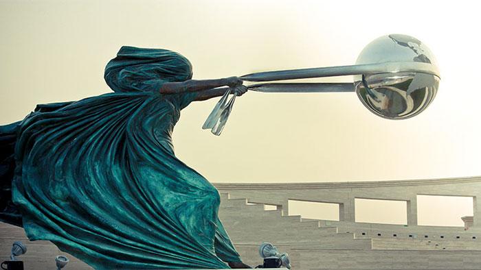 estatuas-lei-da-gravidade_2